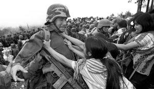 mujeres-empujando-a-soldado